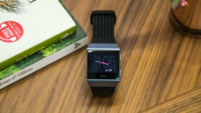 Fitbit Versa-recension: Slick, snygg, men inte så smart